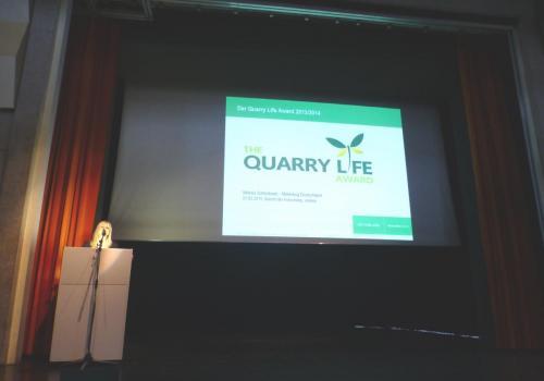 Koordinatorin des deutschen QLA Viktoria Schleidowiz stellt den Quarry Life Award vor.